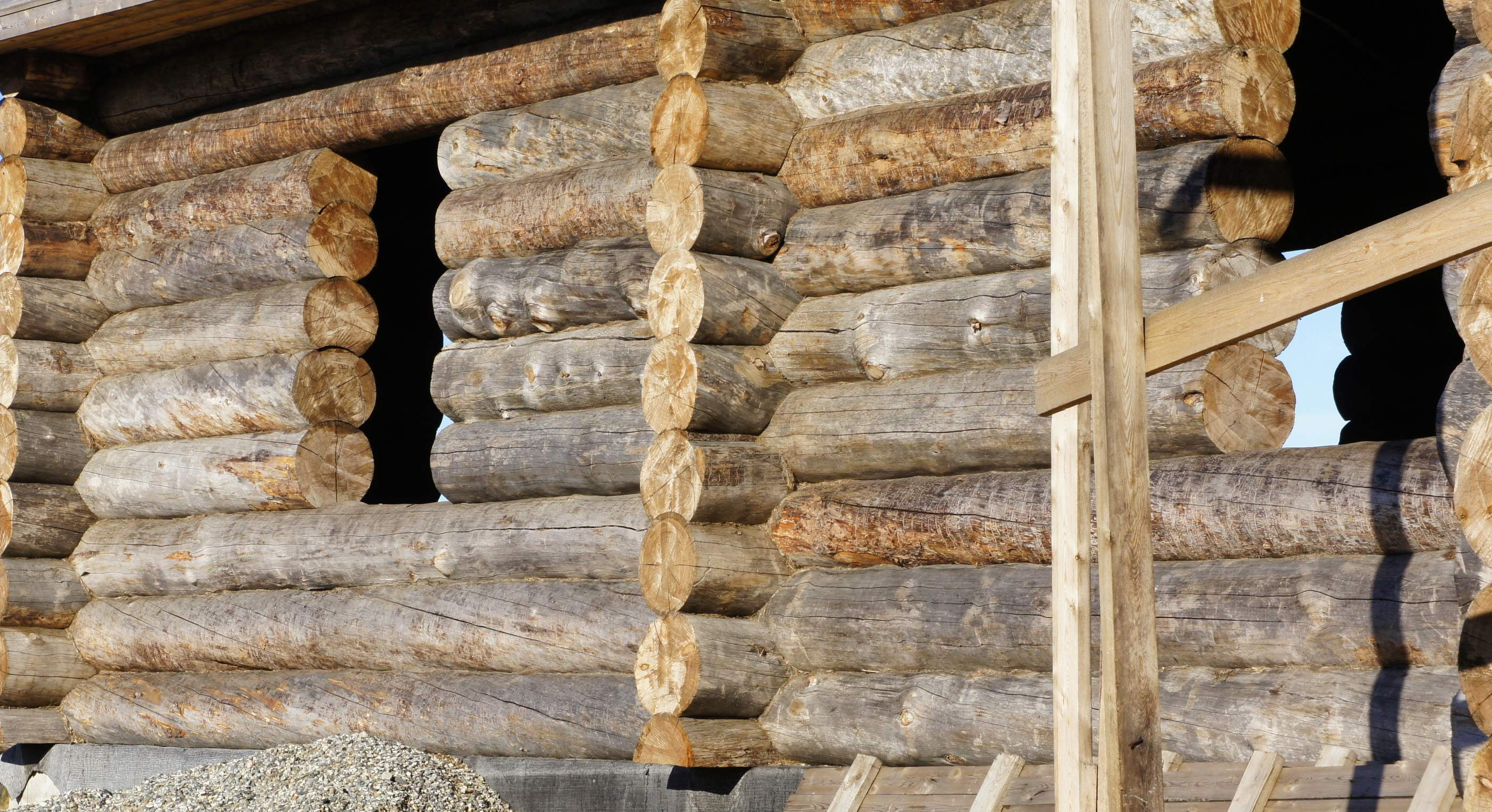 Logs are fitted tightly together and the remaining gaps are filled with grass or moss.